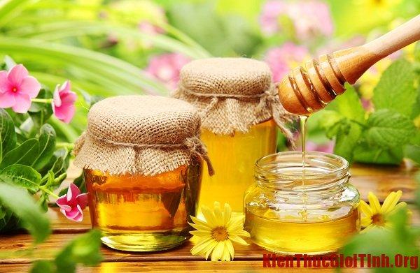 Cách trị khô môi nứt nẻ bằng mật ong