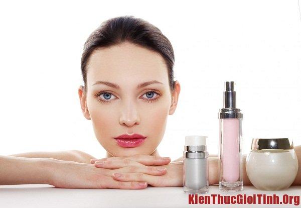 Dưỡng ẩm cho da để làn da khô không bị mốc và bong vảy khi trang điểm
